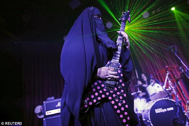 Guitarist-with-niqab.jpg