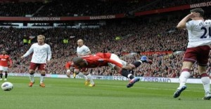 840273thumbnail-php-qfile-Manchester-United-Aston-Villa-YOUNG-CLARK-Premier-League-cropped-208656953-jpg-asize-article-large-pagespeed-ce-UKvi2pyhXa840273.png